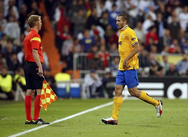 Obránce Juventusu Giorgio Chiellini opouští hřiště v utkání s Realem Madrid.