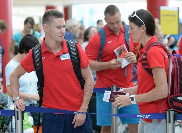 Čeští atleti odlétali 14. srpna z Letiště Václava Havla v Praze-Ruzyni na mistrovství světa do Pekingu. Na snímku je sprinter Pavel Maslák (vlevo) a překážkářka Zuzana Hejnová.