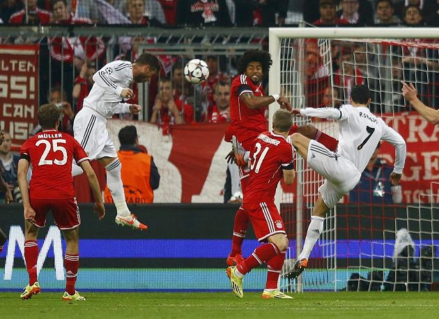 Sergio Ramos (druhý zleva) z Realu otevírá hlavou skóre semifinálové odvety LM proti Bayernu.