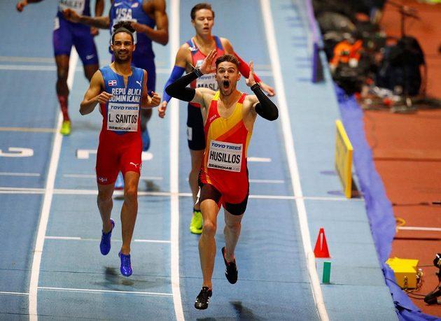 Španěl Oscar Husillos se raduje z titulu halového mistra světa na hladké čtvrtce, vlevo původně stříbrný Luguelin Santos z Dominikánské republiky a za nimi bronzový Pavel Maslák. O chvíli později bylo všechno jinak.