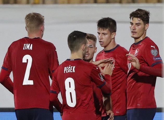 Adam Hložek (druhý zprava) se raduje z gólu proti Bělorusku.