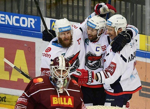 Z gólu se radují chomutovští hráči (zleva) David Štich, Vladimír Růžička a střelec branky Masi Marjamäki. Vpředu brankář Sparty Matěj Machovský.