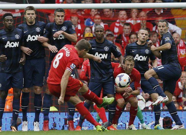 Kapitán Liverpoolu Steven Gerrard zahrává přímý volný kop proti Manchesteru United.