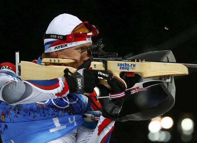 Biatlonista Ondřej Moravec během střelby vestoje v závodu smíšených štafet na olympijských hrách v soči.