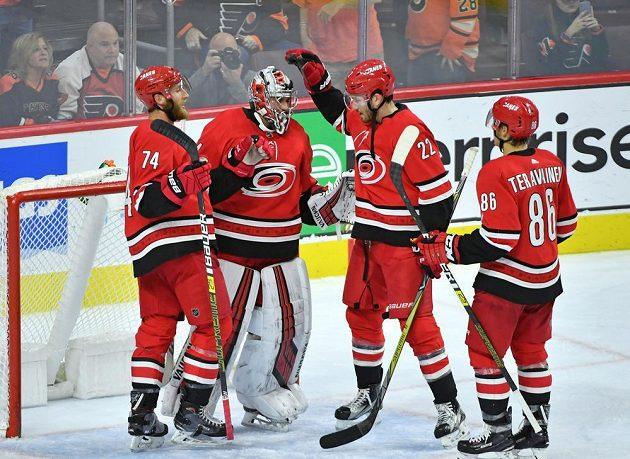 Český gólman Petr Mrázek pomohl hokejistům Caroliny Hurricanes k výhře na ledě týmu Philadelphia Flyers v NHL. Spoluhráči mu náležitě poděkovali.