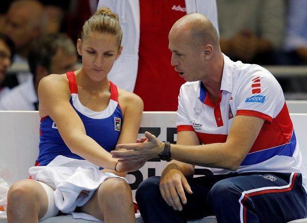 Kapitán českého týmu Petr Pála udílí pokyny Karolíně Plíškové při zápase s Kristinou Mladenovicovou.