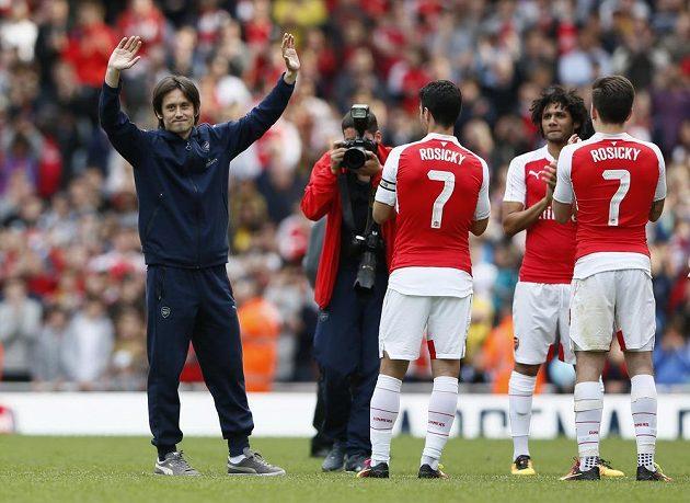 Záložník Arsenalu Tomáš Rosický (vlevo) se loučí s fanoušky po utkání s Aston Villou.