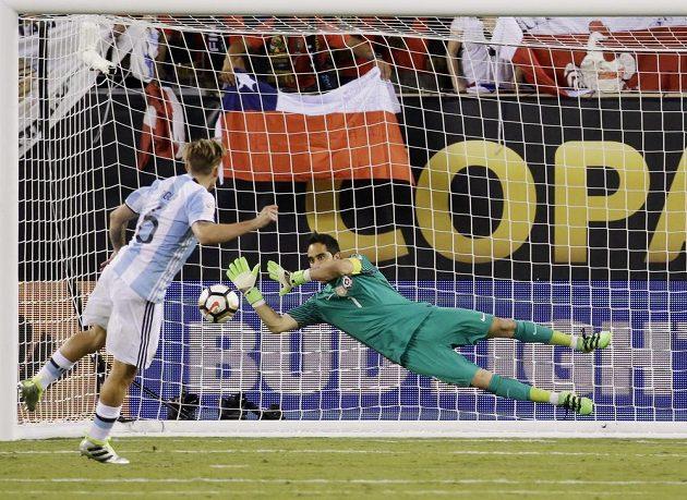 Chilský brankář Claudio Bravo uspěl v rozstřelu proti Argentinci Lucasi Bigliovi.
