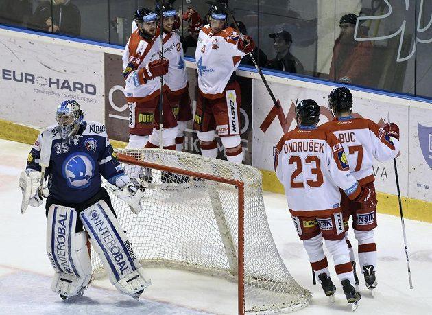 Hráči Olomouce se radují z gólu, vlevo brankář Plzně Matěj Machovský.