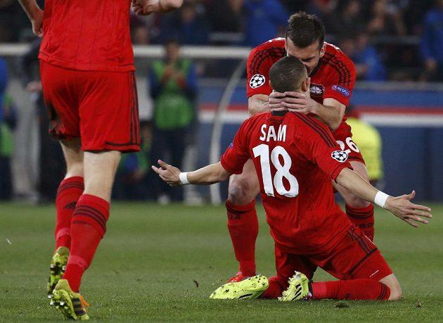 Sidney Sam z Leverkusenu (č. 18) slaví se spoluhráči gól na hřišti Paris St. Germain v odvetném osmifinálovém utkání Ligy mistrů.