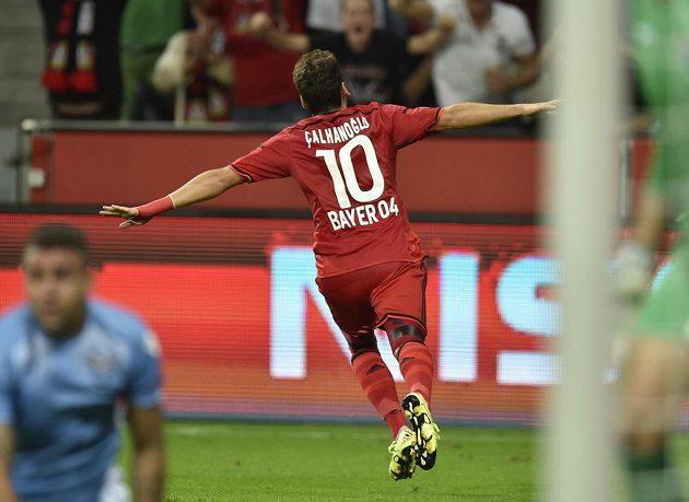 Leverkusenský Hakan Calhanoglu oslavuje gól proti Laziu Řím v odvetě play off Ligy mistrů.