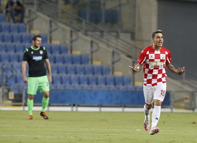 Josue z Beer Ševy po proměněné penaltě proti Plzni.