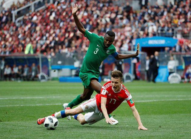 Fotbalista Saúdské Arábie Osama Hawsawi atakoval ruského soupeře Aleksandra Golovina v zahajovacím utkání MS. Gestem ukazuje, že se nedovoleného zákroku nedopustil.