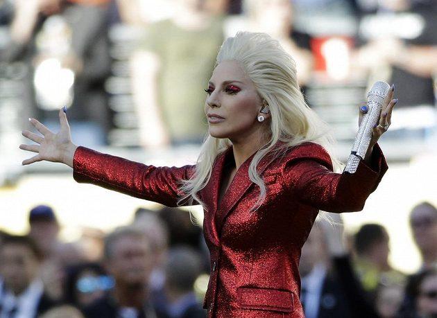 Lady Gaga zpívala hymnu před 50. finále ligy amerického fotbalu NFL.