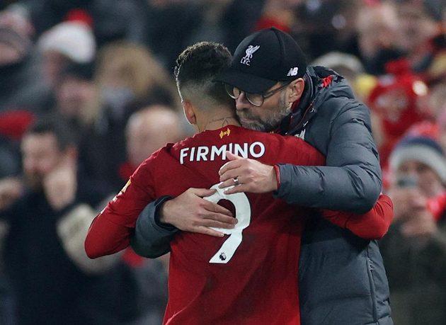 Manažer fotbalového Liverpoolu Jürgen Klopp děkuje za výkon Robertu Firminovi.