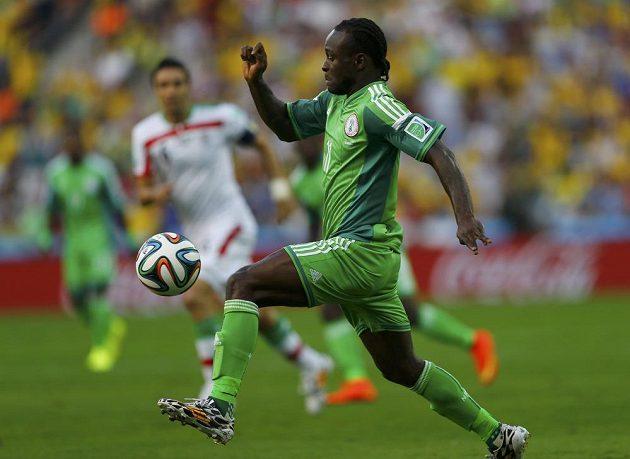 Nigérijec Victor Moses v utkání proti Íránu.
