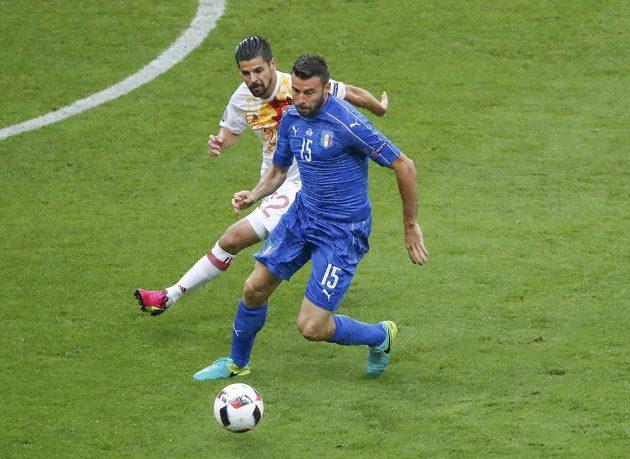 Španělský útočník Nolito (vlevo) stíhá Itala Andreu Barzagliho.