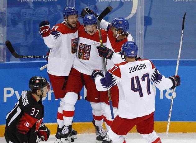 Úspěšný střelec Dominik Kubalík slaví s českými spoluhráči svůj gól v síti Kanady.
