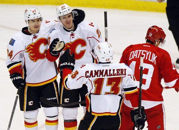Radost hokejistů Calgary z gólu na ledě Detroitu - zleva Jiří Hudler, Curtis Glencross a Mike Cammalleri. Prvavo odjíždí zklamaný Pavel Dacjuk.
