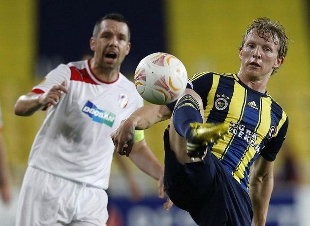 Střelec Fenerbahce Dirk Kuijt (vpravo) odehrává míč před plzeňským Pavlem Horváthem.