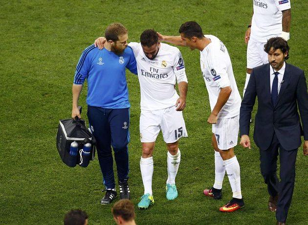 Nejde to. Zraněný fotbalista Realu Dani Carvajal (uprostřed) musí kvůli zranění opustit trávní San Sira při finále Ligy mistrů. Po cestě jej utěšuje hvězdný Cristiano Ronaldo.