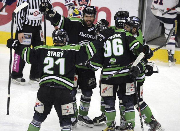 Mladoboleslavští hokejisté se radují z úvodní branky utkání v Chomutově, jejímž střelcem byl Tomáš Klimenta.