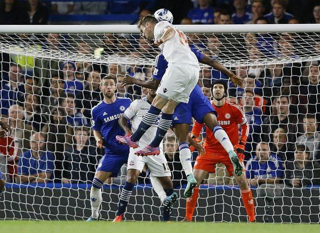 Petr Čech v brance Chelsea sleduje hlavičkujícího Doriana Dervitea z Boltonu v utkání Ligového poháru.
