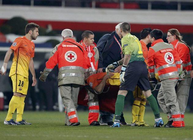 Javier Mascherano je odnášen na nosítkách ze hřiště.