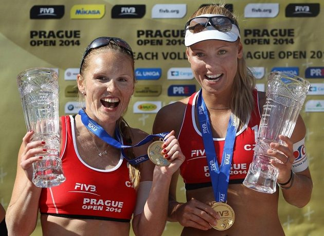 Kristýna Kolocová (vlevo) a Markéta Sluková s trofejemi za loňské vítězství v Praze.