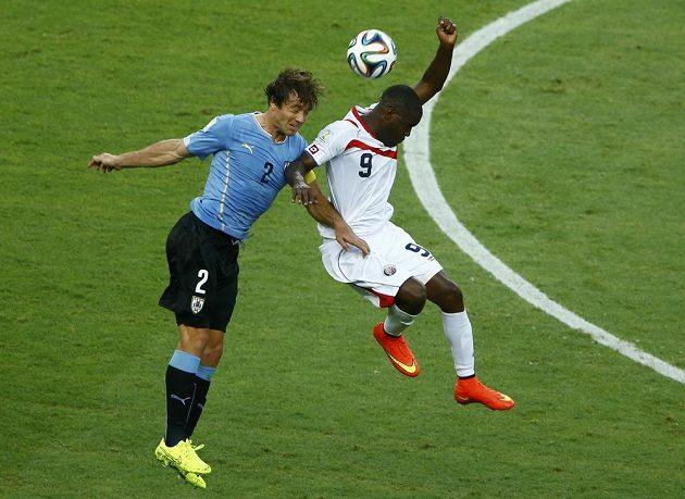 Kapitán uruguayského týmu Diego Lugano (vlevo) v hlavičkovém souboji s Kostaričanem Joelem Campbellem.