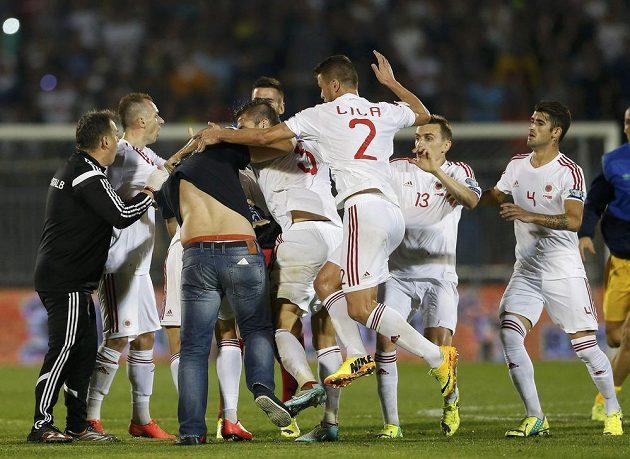 Do rvačky mezi fotbalisty Albánie a Srbska se zapojili i někteří diváci.