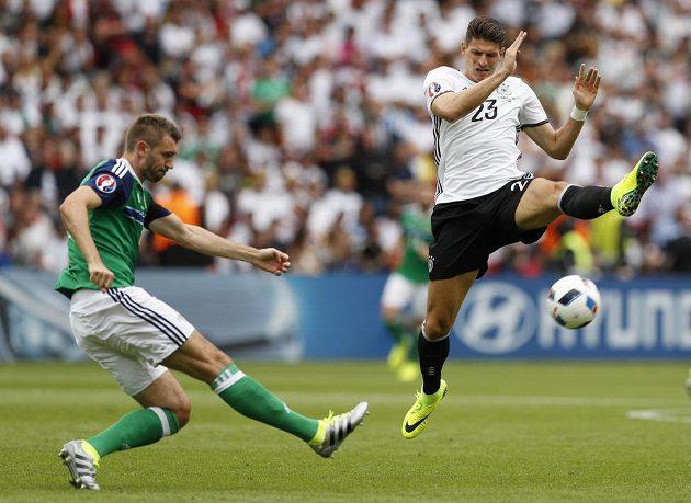 Střelu severoirského fotbalisty Garetha McAuleyho blokuje německý reprezentant Mario Gomez.
