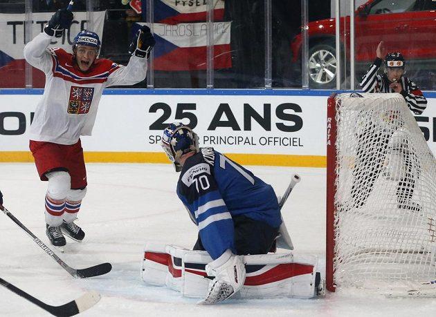Finský brankář Joonas Korpisalo je překonán, čeští hokejisté vyrovnali stav zápasu na mistrovství světa na 3:3.