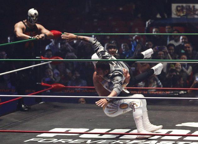 Jezdec formule 1 a již jistý mistr světa Lewis Hamilton si před GP Mexika zašel na wrestling.