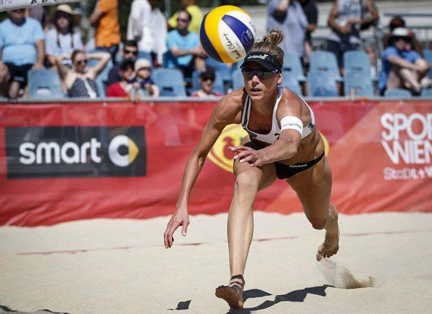 Nizozemská reprezentantka Flierová se vrhá za míčem.