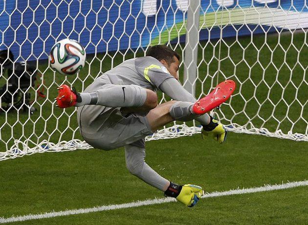 Brazilský brankář Júlio César inkasuje úvodní gól z kopačky Thomase Müllera.
