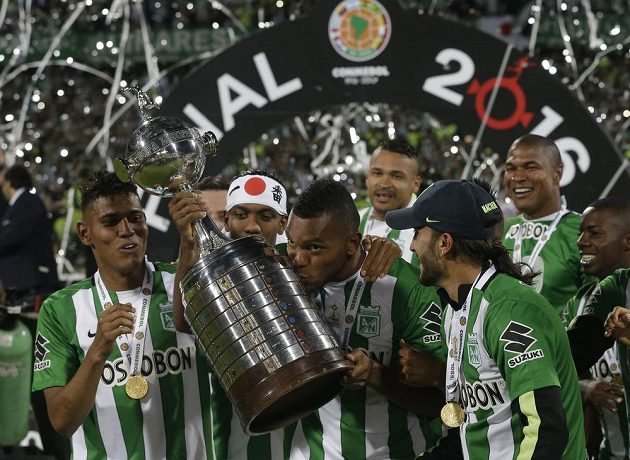 Útočník Miguel Borja (s pohárem) zařídil druhé vítězství Atlétika Nacional v Poháru osvoboditelů.