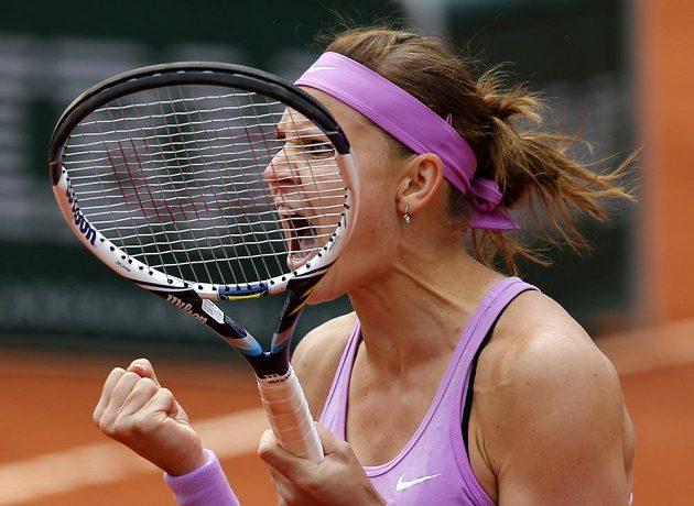 Vítězné gesto Lucie Šafářové. Maria Šarapovová na French Open končí v osmifinále.