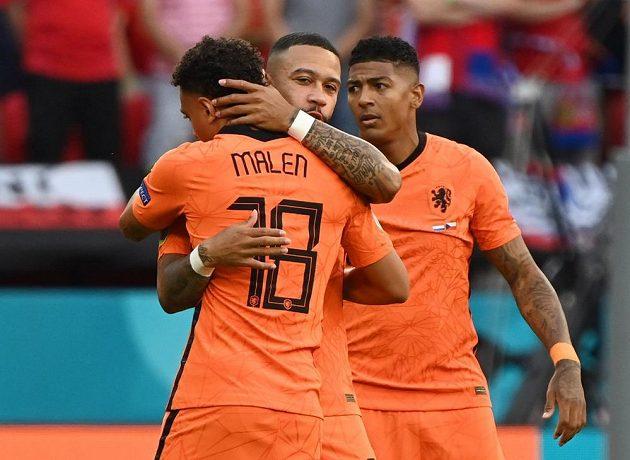 Nizozemští fotbalisté před osmifinále EURO s Českem. Memphis Depay se objímá s Donyellem Malenem.
