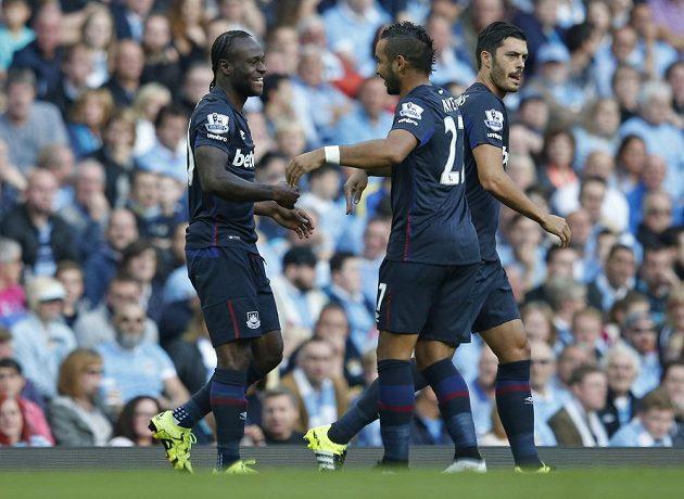 Fotbalisté West Hamu (zleva) Victor Moses a Dimitri Payet se radují z gólu proti Manchesteru City.