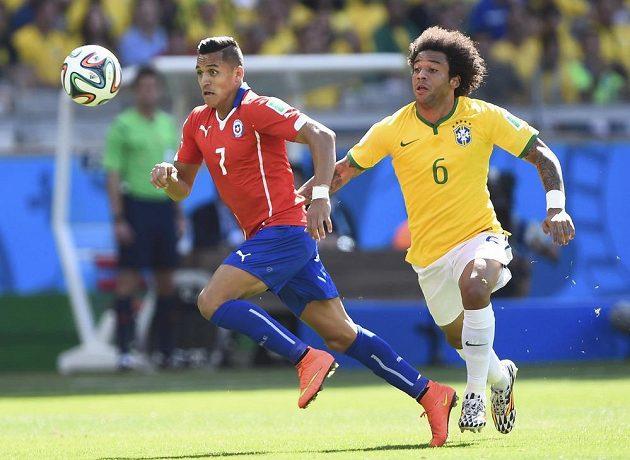 Brazilský obránce Marcelo (vpravo) bojuje o míč s Alexisem Sánchezem z Chile.