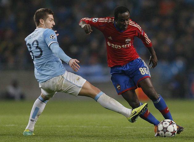 Matija Nastasič (vlevo) z Manchesteru City v souboji se Seydou Doumbiou z CSKA Moskva.