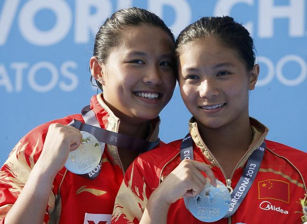 Čínský úspěch. Zlato ve skoku ze tří metrů vybojovala Che C' (vpravo) a stříbro Wang Chan.