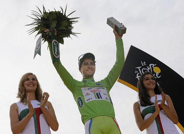 Slovenský cyklista Peter Sagan se raduje v Paříži ze zisku zeleného trikotu pro nejlepšího spurtera.