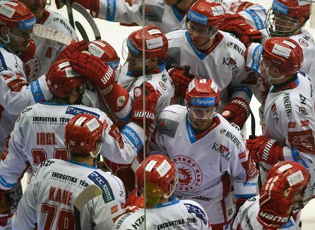 Třinečtí hokejisté se radují z vítězství nad Plzní.