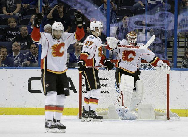 Útočník Calgary Flames Michael Frolík a jeho vítězné gesto po utkání na ledě Tampy Bay. Český hokejista asistoval u vítězného gólu