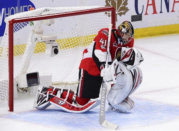 OBrankář Ottawy Craig Anderson slaví výhru nad Pittsburghem v šestém utkání finále Východní konference NHL.