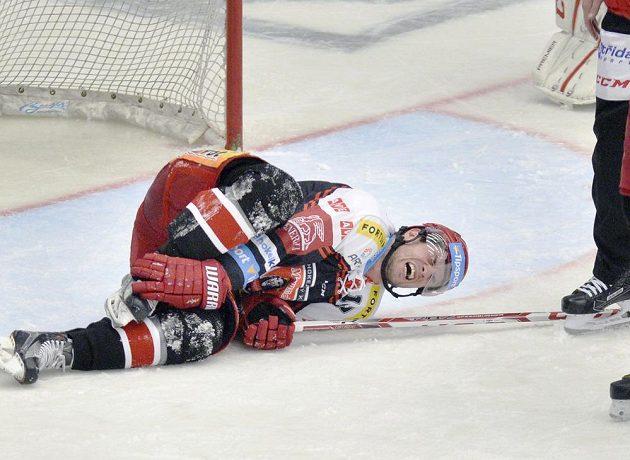 Martin Štajnoch z Hradce leží na ledě, poté co zablokoval střelu.