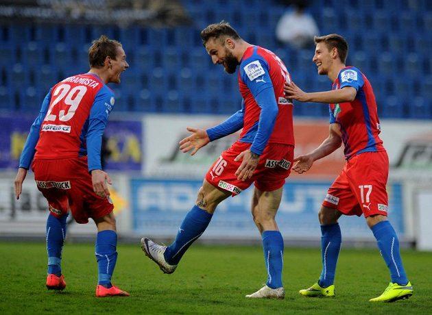 Plzeňští fotbalisté (zleva) Jan Chramosta, Jan Holenda a Patrik Hrošovský se radují z gólu na hřišti Teplic.