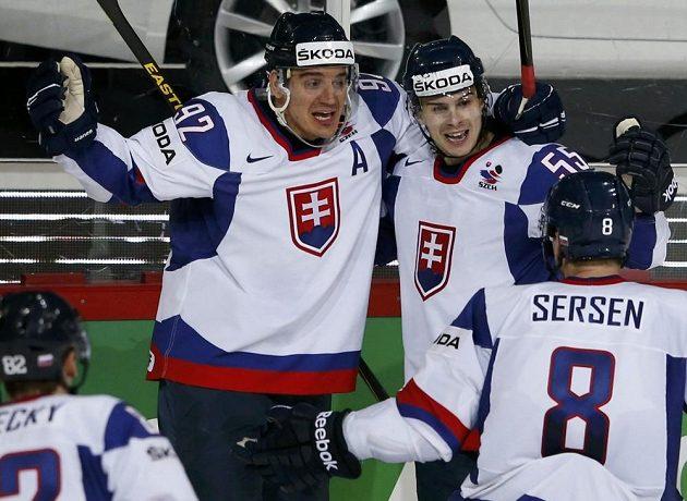 Slovenský hokejový útočník Mario Bližňák (druhý zprava) se raduje se spoluhráči ze vstřelení gólu do sítě Německa.